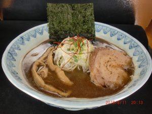 看板メニュー「蕪村そば」は鶏白湯スープにパンチのきいた鰹出汁